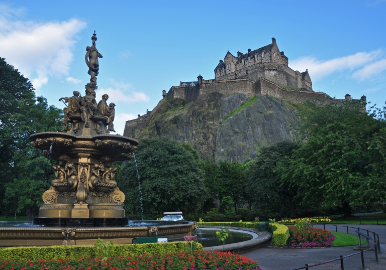 Edinburgh_Castle_and_Ross_Fountain