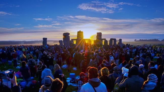 summer-solstice-sunrise-at-the-stonehenge